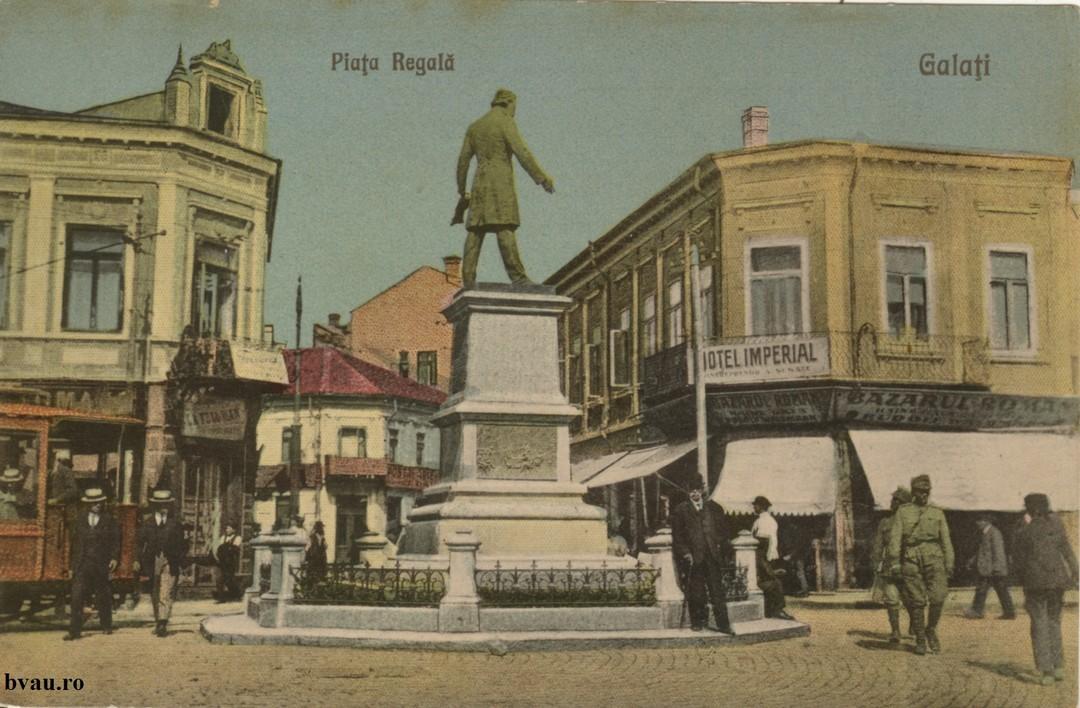Piata Regala - În prim plan Statuia lui Costache Negri, surprinsă din spate.