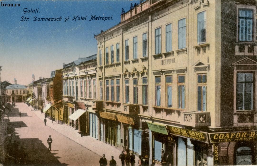 Strada Domneasca În prim plan Hotel Metropol iar dedesupt Coafor Dame – Ioan Marinescu. Pe verso text corespondenţă datat 4.05.1923, Galaţi
