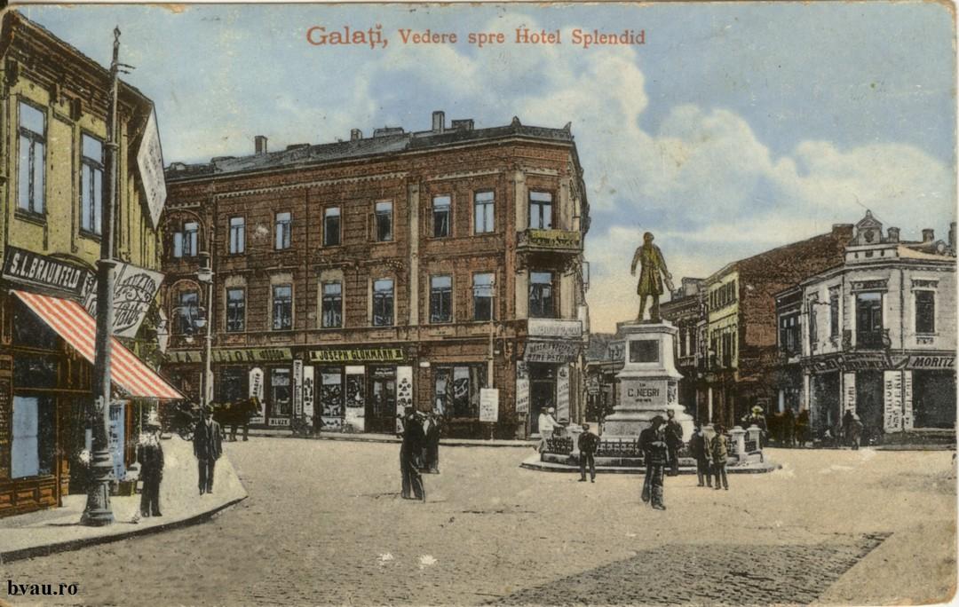 Galati Hotel splendid - În prim plan statuia lui Costache Negri. Pe verso text corespondenţă, datat 25.11.1915, Galaţi