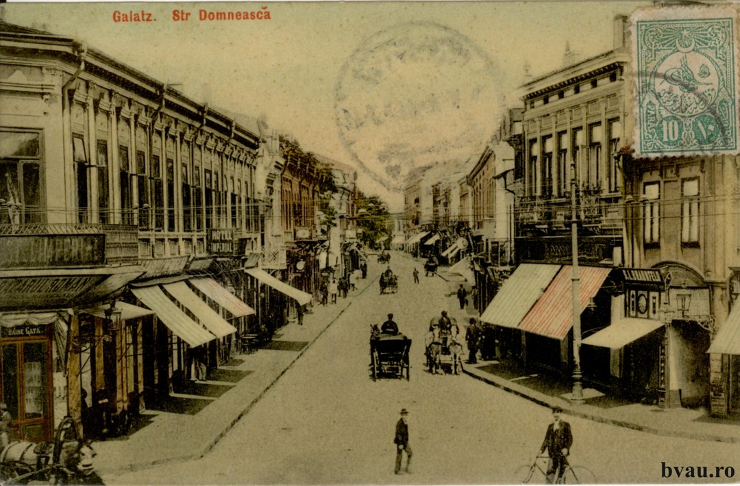 Str. Domneasca - În prim plan Hotel Imperial şi Bazarul Român. Pe verso text corespondenţă în limba greacă, datat 23.05.1910